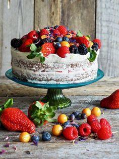 Sjokoladekake med ostekremglasur og bær Food And Drink, Vegetarian, Cookies, Chocolate, Baking, Muffins, Caramel, Crack Crackers, Muffin