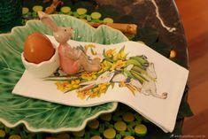 mesa posta para páscoa com prato folha, porta ovo e guardanapo estampado de coelho.