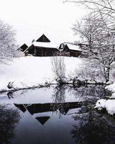 Skvelý tip na dedinku Bratkovica  a 100 ročné domčeky v zimnej scenérii  #praveslovenske od  @lonelygrizzly