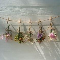 小さなドライフラワースワッグをガーランドにしました。ミニバラ、スターチス、カスミソウなど。10㎝と小さめのスワッグになっております。紐の長さは約60㎝。ミニクリップ付きです。ドライフラワーなので、時間の経過とともに少しずつ色褪せてきます。 Floral Room, Deco Floral, Floral Wall, Dried Flower Arrangements, Dried Flowers, Pressed Flower Art, Aesthetic Room Decor, Diy Wall Art, Flower Crafts