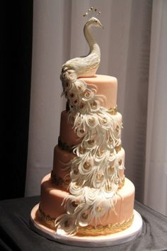 Espectacular pastel de bodas, con un hermoso pavo real.