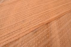 Δαντέλα Ύφασμα Αδράχτι FLC141040  Δαντέλα ύφασμα αδράχτι, πλάτους 1,5m σε χρώμα μπεζ. Εξαιρετική ποιότητα και κομψό, διακριτικό σχέδιο για όμορφα δεσίματα. Δώστε ένα ρομαντικό, vintage ύφος στις δημιουργίες σας. Ιδανική για να δέσετε μπομπονιέρες, προσκλητήρια, μαρτυρικά, λαμπάδες γάμου και βάπτισης, κουτιά βάπτισης και λαδοσέτ. Χρησιμοποιήστε την ακόμα για διάφορες χειροτεχνίες και κατασκευές.Διαστάσεις: 1,5m x 1m