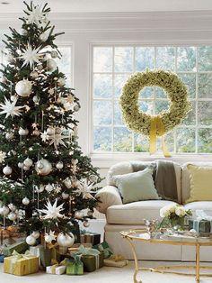 Kaunis valko-kultainen joulukuusi