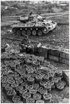 A US Engineer of Infantry prepares anti-tank mines in front of an Hellcat, probably from the Tank Destroyer Battalion. M18 Hellcat, M10 Tank Destroyer, Operation Market Garden, Ww2 Photos, Diorama, Armored Fighting Vehicle, Ww2 Tanks, Panzer, Armored Vehicles