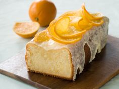 Our Starbucks Lemon Cake Copycat Recipe was so yummy, I had to try this Glazed Orange Pound Cake Recipe! There's an orange syrup that soaks into the cake! Food Cakes, Cupcake Cakes, Cupcakes, Köstliche Desserts, Dessert Recipes, Bolos Low Carb, Jus D'orange, Pound Cake Recipes, Orange Recipes