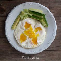 Perdi a hora hoje mas segue a fotenha do almoço (e primeira refeição): ovos abobrinha pepino.  Jantei fora hoje (e esqueci de tirar foto hehe sorry) mas a jantinha para fechar a noite foi: abóboras cenoura crua patinho moído e peito de frango.  Tem dúvidas sobre a paleo? LINK NA BIO! #dieta #dietas #dietasempre #dietasemsofrer #dietapaleolitica #dietapaleo #paleo #paleofood #paleobrasil #paleolitica #paleolife #paleolifestyle #paleodiet #mydiet #eatclean #primal #primalfood #realfood…