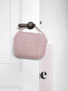 Scopri Diffusore bluetooth Helsinki -/ Senza fili - Tessuto & manico in pelle, Rosa antico di Vifa, Made In Design Italia