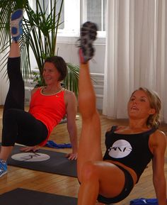 SJP's Trainer breaks down a 10 minute booty blasting workout. A great mix of cardio and toning!