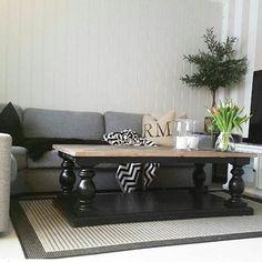 #Repost @malenefos89   Endelig er det nye bordet fra #classicliving i hus  Det gjorde seg med litt sort  #Dubaisalongbord #interior #interiør #interiorinspirasjon #hjemmehososs #myhome #stue #livingroomdecor #livingroom #pictureoftheday #classic #sortinteriør @classicliving