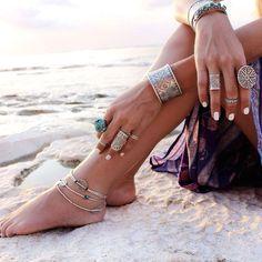 Meninas, já falei algumas vezes sobre a Tendência Boho (hippie-chic) aqui no blog! São várias tendências neste estilo: ombros de fora, franjas, cintur...