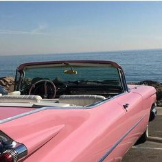 Image discovered by Jarbas Jacare. Find images and videos about pink, vintage and aesthetic on We Heart It - the app to get lost in what you love. Beach Aesthetic, Retro Aesthetic, Aesthetic Girl, Retro Cars, Vintage Cars, Vintage Pink, Labo Photo, Cute Cars, Belle Photo