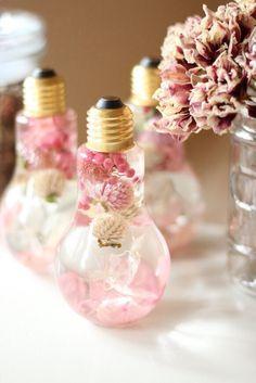 桜色ピンクのフラワーバルブハーバリウム* ピンク×ホワイトカラーの数種類ドライフラワーやプリザーブドフラワーをミックスした春らしいフラワーバルブボトルハーバリウム* 人気の電球型ボトルを使ったアレンジです♫ ボトルを上下にひっくりかえしたり傾けたりしながらボトルの中で揺れ動くお花たちをお楽しみ頂ける鑑賞用の商品です* オイルに浸したお花たちがみずみずしく蘇り、優しい光に照らされて 宝石のようにキラキラと輝きながら揺れ動く様子はずっと眺めていても飽きません 浮く花材と沈む花材があるので ひっくり返すことで全く違う雰囲気のフラワーボトルをお楽しみいただけます^^ 光に向けると透きとおった紫陽花の花びらに葉脈が浮き出て 自然の美しさをお楽しみ頂けます* ドライフラワーは繊細で崩れやすく、腐敗が進んだりほこりがしても掃除しにくかったりと管理が難しいところがありますが フラワーバルブボトルはドライフラワーの特徴を活かしながらも管理がしやすく、 ドライフラワー初心者の方にもオススメです^^ 繊細なドライフラワーをオイルに閉じ込めたことで より長く幻想的な風景をお楽しみ頂けます* イン