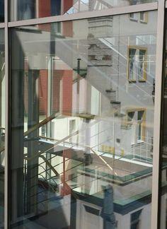 @elfdieden Veel #licht in zonnig Praag. Dag 1 #synchroonkijken. Uitzicht hotelkamer. Doorkijkje plus weerspiegeling