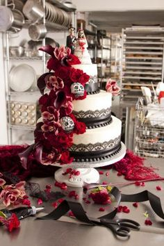 Day of the Dead wedding cake : Real Weddings : Articles.--personally skulls kinda freak me out, but this is an awesome cake! ( would love to have this as my wedding cake) Gothic Wedding Cake, Gothic Cake, Wedding Cakes, Beautiful Cakes, Amazing Cakes, Sugar Skull Wedding, Our Wedding, Dream Wedding, Wedding 2015