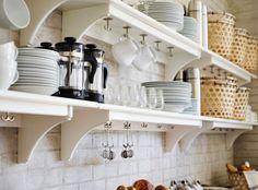 STENSTORP Wandregale in Weiß mit Milchkännchen, Gläsern, Tellern und Kaffeebechern