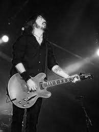 David Eric Grohl é um cantor, compositor e músico estadunidense. Ex-baterista das bandas Nirvana, Queens of the Stone Age e Them Crooked Vultures. Também é o fundador, vocalista e guitarrista da banda Foo Fighters blog enrico picciotto