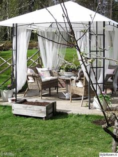 paviljonki,rottinkikalusteet,maalaisromanttinen,piha Backyard Seating, Outdoor Seating, Outdoor Decor, Backyard House, Porch Area, Pergola Designs, Garden Planning, Garden Paths, Garden Projects