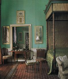 Beautiful interior - uncredited, but the link makes reference to Castle Howard. Love the colours. Beautiful Bedrooms, Beautiful Homes, Beautiful Wall, Country Look, Castle Bedroom, Castle Howard, Georgian Interiors, Interior And Exterior, Interior Design