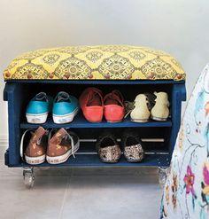 puf de caixote de feira e sapateria . ótima ideia para entrada da casa. # reciclagem # sustentabilidade