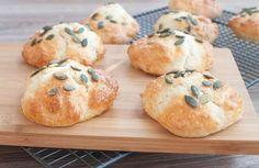 Deze kwarkbroodjes zijn echt fantastisch. Luchtige en zachte broodjes die smelten op je tong. Extra lekker met roomboter en vruchtenjam.