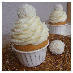Vynikající vanilkové muffinky s neodolatelným kokosovým krémem z mascarpone.
