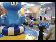 I nostri bambini nella sala giochi del centro commerciale Mantos in Manado