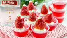 Santa Hat Holiday Jello Shots - Fun recipe for the holiday Easy Summer Desserts, Unique Desserts, Christmas Treats, Christmas Holidays, I Love Food, Good Food, Family Fresh Meals, Jello Shots, Work Party