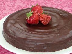 Chocoladetaart met chocoladeglazuur. Lekker met kokosmelk en kokosrasp erover als het glazuur nog nat is.