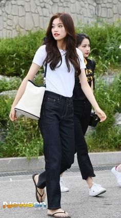 Your number 1 place to keep up with girl group Weki MekiQuestions are Welcome! Fashion Idol, Kpop Fashion Outfits, Blackpink Fashion, Daily Fashion, Korean Fashion, Womens Fashion, Fashion Design, Casual College Outfits, Stylish Outfits