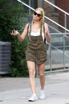 The best celebrity street style looks of the week are recreated for less, with Emma Roberts' plaid dress and denim jacket, Hailey Baldwin's varsity jacket and denim skirt, and Margot Robbie's olive green short overalls. Atriz Margot Robbie, Margot Robbie Style, Margot Elise Robbie, Margo Robbie, Margot Robbie Pictures, Divas, Emma Roberts, Hollywood Celebrities, Hollywood Actresses