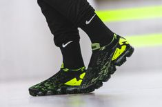 Running Sneakers, Sneakers Nike, Feet Images, Yellow Nikes, Exclusive Shoes, Cyberpunk Fashion, Nike Trainers, Football Boots, Nike Outfits