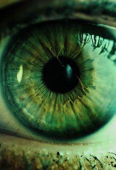 Beautiful eyes, green with gold and yellow around the pupil and dark blue ring around the iris Gorgeous Eyes, Pretty Eyes, Cool Eyes, Amazing Eyes, Girls Tumblrs, Fotografia Macro, Look Into My Eyes, Green Theme, Human Eye