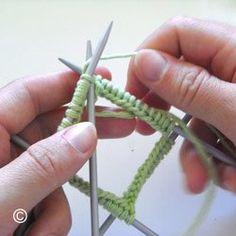 ETAPE 3 Tricoter en rond à l'aide d'un jeu de 4 ou 5 aiguilles à deux pointes Aide, Crochet, Arrow Necklace, Knitting, Knitting Socks, Pointe Shoes, Cowls, Quilting, Crochet Hooks