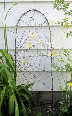ワイヤーを蜘蛛の巣のように!ここにアクセサリーとかかけたら可愛い!