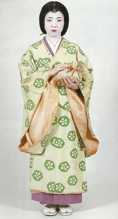 """Lady's maid, Kamakura Period Japan. Scan from book """"The History of… Japanese Costume, Japanese Kimono, Japanese Girl, Japanese Outfits, Japanese Clothing, Kamakura Period, Kabuki Costume, Sengoku Period, Japon Tokyo"""