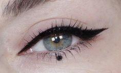 Aprende a hacer el Dot eye What is Makeup ? What is Makeup ? Generally, what is makeup … Makeup Eye Looks, Makeup For Green Eyes, Eye Makeup Tips, Eyeshadow Makeup, Makeup Inspo, Makeup Inspiration, Eyeliner Dots, Grunge Eye Makeup, Eyeliner Trends