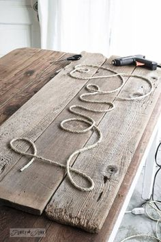 Make-a-cool-DIY-Rope-Sign-in-minutes- Want to create an inviting mess., Make-a-cool-DIY-Rope-Sign-in-minutes- Want to create an inviting message to hang in your home? Make a charming, rustic rope sign all by you. Funky Junk Interiors, Easy Home Decor, Handmade Home Decor, Diy Casa, Pallet Crafts, Diy Wood Crafts, Wood Board Crafts, Pallet Projects Signs, Twine Crafts