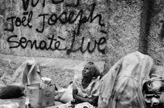 Le 12 janvier 2010, Haïti est frappé par un séisme destructeur. Riccardo Venturi montre l'évolution de la république sur plus d'une année, de l'horreur de l'événement aux rencensements des malades et des morts. Ici, rappelle Visa pour l'Image, à Port-au-Prince en janvier 2010, des sans-abri se reposent près de la cathédrale. Crédit photo : Riccardo Venturi / Contrasto / Réa