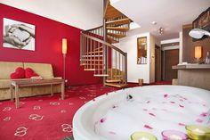 Galerie-Suite 509 mit Badewanne im Wohnzimmer und Wendeltreppe zum Schlafraum Hotel Alpen, Bathtub, Spiral Stair, Bath Tube, Luxury, Bathing, Living Room, Standing Bath, Bathtubs