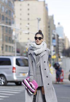 Camila Coelho / Vestido e colete: Lacoste | Clutch: Cris Capoani | Bota: Valentino | Óculos: Céline
