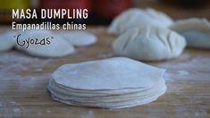 """Hoy vamos a preparar pasta para hacer las empanadillas asiáticas como las empanadillas Chinas """"Jiaozi"""" (饺子), la versión japonesa """"Gyoza"""" (ギョーザ o ギョウザ), la Korean Food, Chinese Food, Japanese Food, Dim Sum, Healthy Eating Tips, Healthy Nutrition, Dumplings Receta, Quesadillas, I Love Food"""