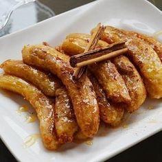 Banana ao forno. Tão simples, que dá para fazer hoje mesmo!! Segue a receita: Misture 1 colher de açúcar mascavo e 1 pitada de canela em pó e passe duas bananas nesta mistura. Coloque em um refratário e leve ao forno quente por 10 minutos. Sirva com sorvete de creme, com iogurte grego ou só desse jeito mesmo. #receita #receitas #receitasdocelebrar #banana #bananas #bananaaoforno #delicia #comidinhasaudavel #light #sobremesa #sobremesalight #bananacaramel #yummy #receitasfit #receitasaudavel…
