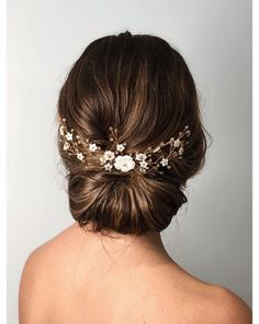 Small Sylvie gold Swarovski hairvine Carved mother of pearl flowers and delicate gold Swarovski Crystals combine on gold plated wire in this handcrafted hairvine to create an elegant floral bridal look with this gorgeous updo by Rosie Hart Prom Hairstyles, Loose Hairstyles, Spring Hairstyles, Hair Accessories For Women, Wedding Hair Accessories, Ideas Joyería, Hair Ideas, Hair Vine, Updos