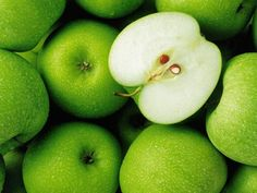 Granny Smith Apple - the best for pies! Granny Smith, Sumo Detox, Diet Detox, Apple Background, Real Food Recipes, Healthy Recipes, Healthy Foods, Healthy Detox, Fruits Photos