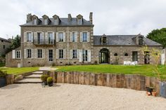 Dinan centre, Très élégante propriété en pierre avec jardin et piscine venant de bénéficier d'une rénovation de grande qualité.