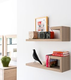 Entirely made of wood, the SEATTLE shelfs unique L-shape allows you to customize your wall as you wish by creating compositions with multiple items, above/below, left/right, even of different colours, so as to better organize your space. #calligaris #toronto #shelf #modern