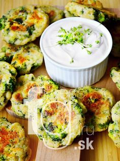 Brokolicovo-syrové nugetky bez lepku Good Food, Yummy Food, Recipe Filing, Yummy Appetizers, Salmon Burgers, Vegetable Recipes, Food And Drink, Veggies, Low Carb