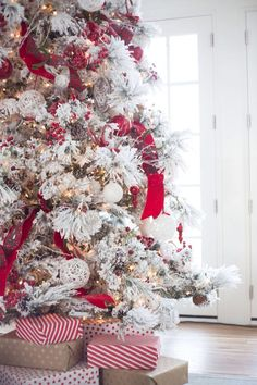 Here are best White Christmas Decor ideas. From White Christmas Tree decor to Table top trees to Alternative trees to Christmas home decor in White & Silver Flocked Christmas Trees, Beautiful Christmas Trees, Noel Christmas, All Things Christmas, Winter Christmas, Christmas Tree Decorations, Christmas Ornaments, Christmas Mantles, Christmas Cactus