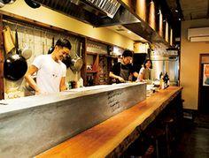 """大人気のイタリアンの3号店が今年4月オープン。3号店のコンセプトはふらりと気軽に立ち寄れるカウンターバル。席後ろには立ち飲みスペースもあり、こちらも好評だ。""""白和え""""など和のネーミングのメニューは、イ Ramen Bar, Ramen Shop, Open Kitchen Restaurant, Restaurant Design, Sushi Bar Design, Siomai, Vegetable Shop, Food Stands, Oyster Bar"""