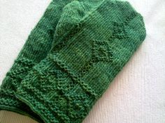 I've been Tvåändstickning in Sweden. Knit Mittens, Knitted Gloves, Knitting Socks, Knitting Stitches, Hand Knitting, How To Start Knitting, Hand Warmers, Knitting Projects, Knit Crochet